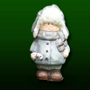 figurka chłopiec w zimowym stroju